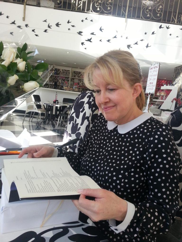 Lydia von Wielligh, medeskrywer van Die Bom: Suid-Afrika se kernwapenprogram met haar eerste kopie van die boek. Pretoria 2014