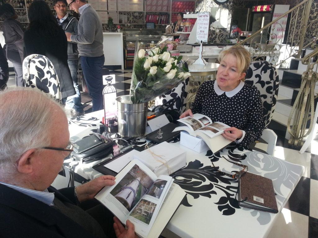 Skrywers Nic en Lydia von Wielligh bekyk hul boek Die Bom: Suid-Afrika se kernwapenprogram. Pretoria 2014.