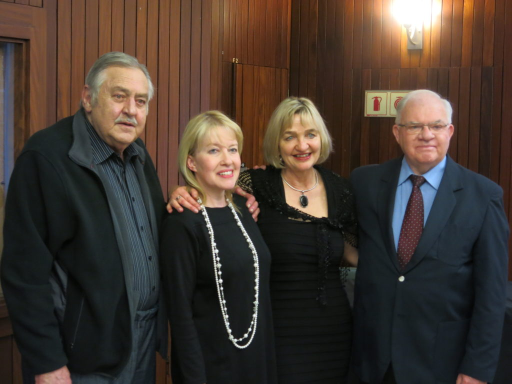 Met die skrywers Nic von Wielligh en Lydia von Wielligh-Steyn by Pik Botha, geleentheidspreker by die bekendstelling van Die Bom: Suid-Afrika se kernwapenprogram. Unisa, Pretoria. 2014.