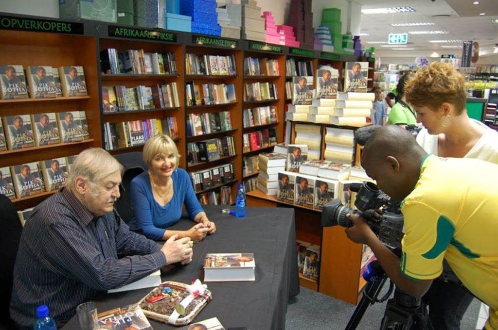 Met Pik Botha by die bekendstelling  van Pik Botha en sy tyd  en Pik Botha and his times, geskryf deur Theresa Papenfus.  Graffiti, Pretoria, 2011.