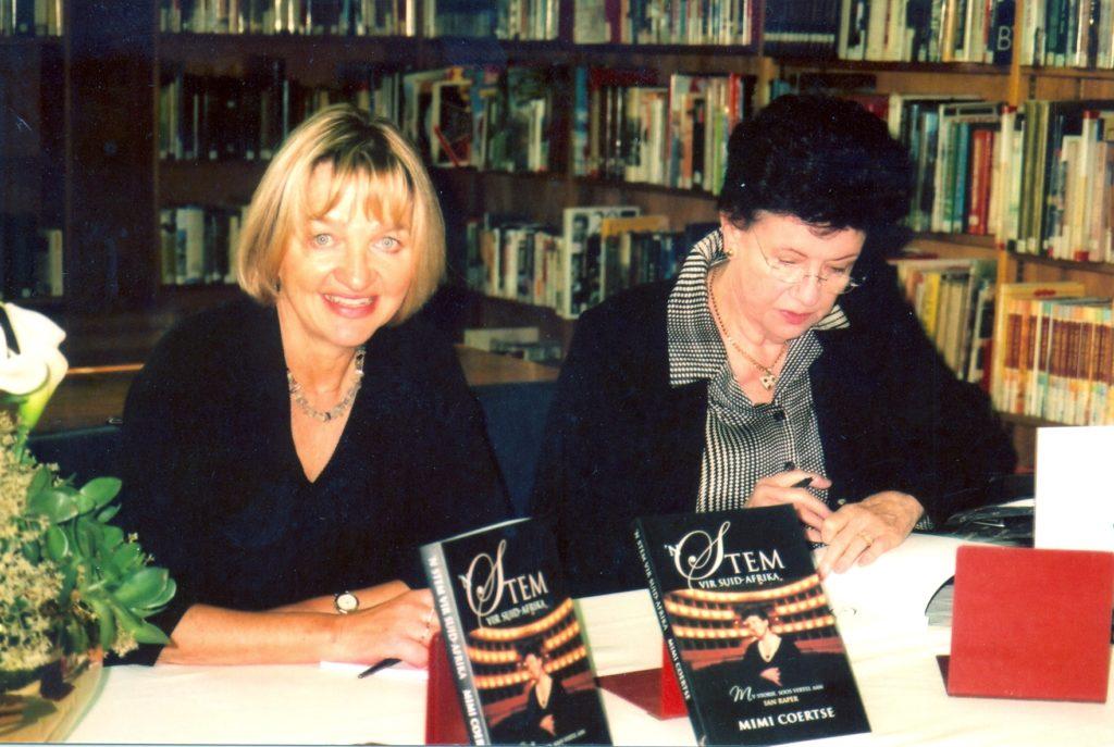 Met Mimi Coertse by 'n bekendstelling van haar biografie 'n Stem vir Suid-Afrika. Pretoria, 2007